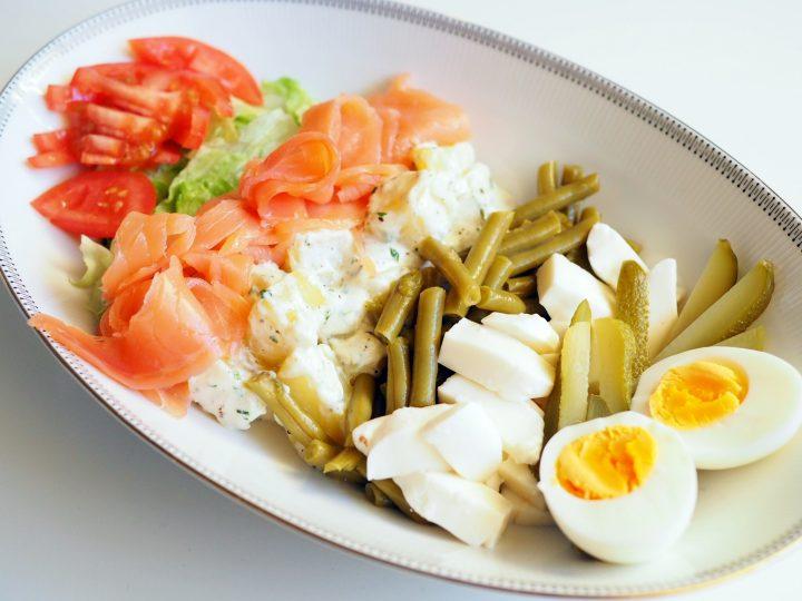 Glutenvrije salad bowl met aardappel en zalm