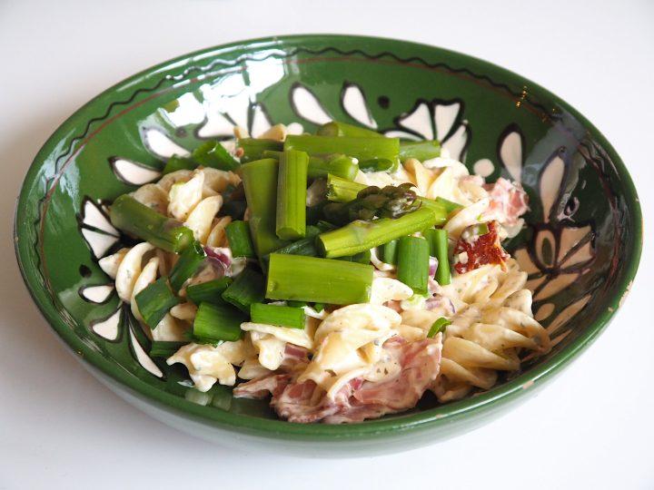 Glutenvrije pasta met groene asperges en rauwe ham in kruidenroomsaus