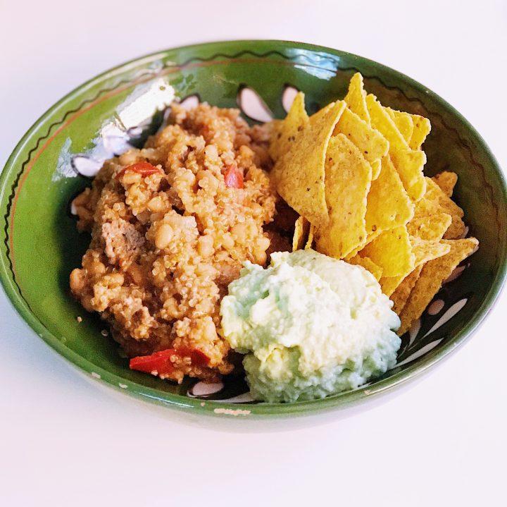 Mexicaanse quinoa met guacamole en tortilla chips
