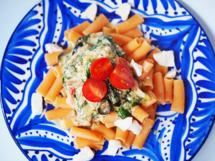 Rode linzenpasta met romige pesto-spinaziesaus