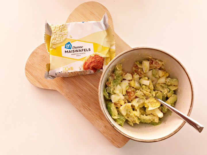 Maïswafels met zalm-avocado-eiersalade