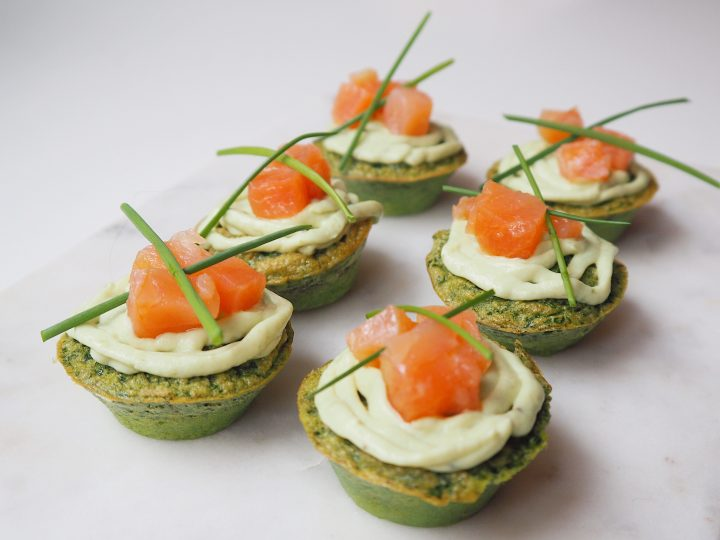 Glutenvrije spinazie-eimuffins met avocadomousse en zalm